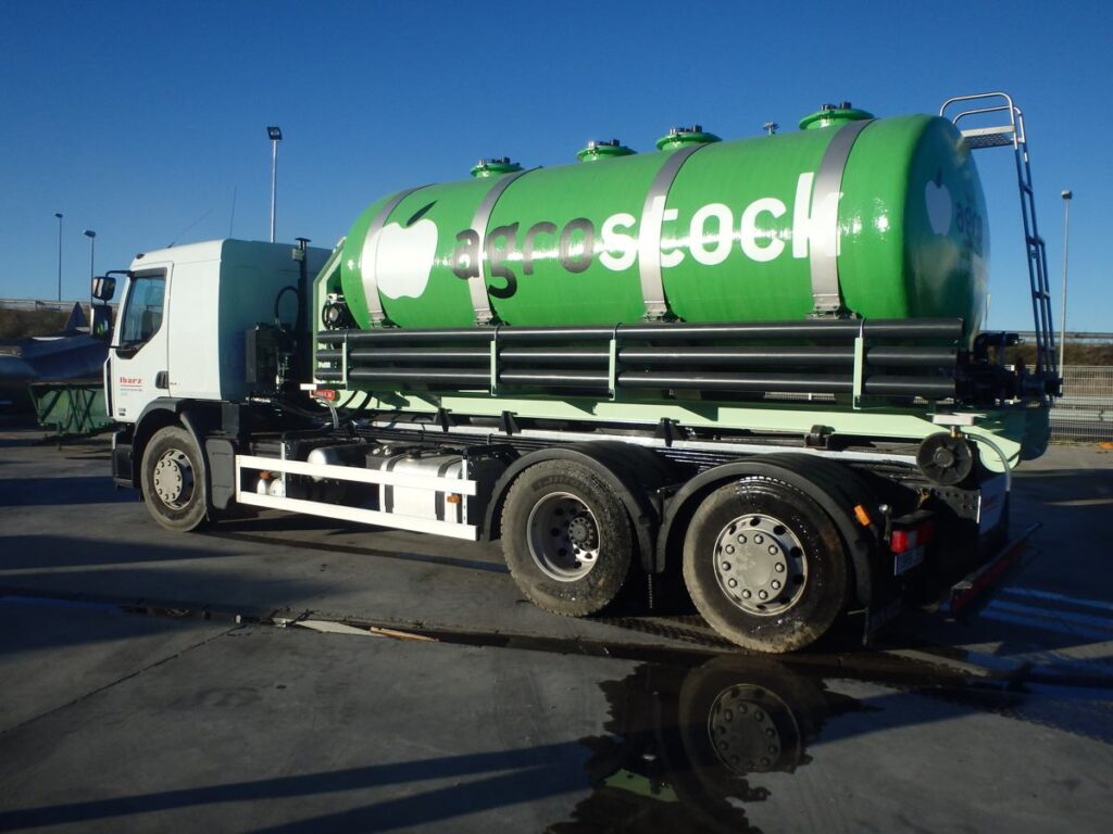 Cisterna de poliester de 12000 litros sobre chasis