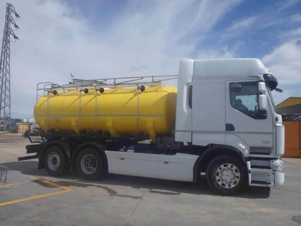 Cisterna de poliester de 14000 litros sobre chasis de tres ejes