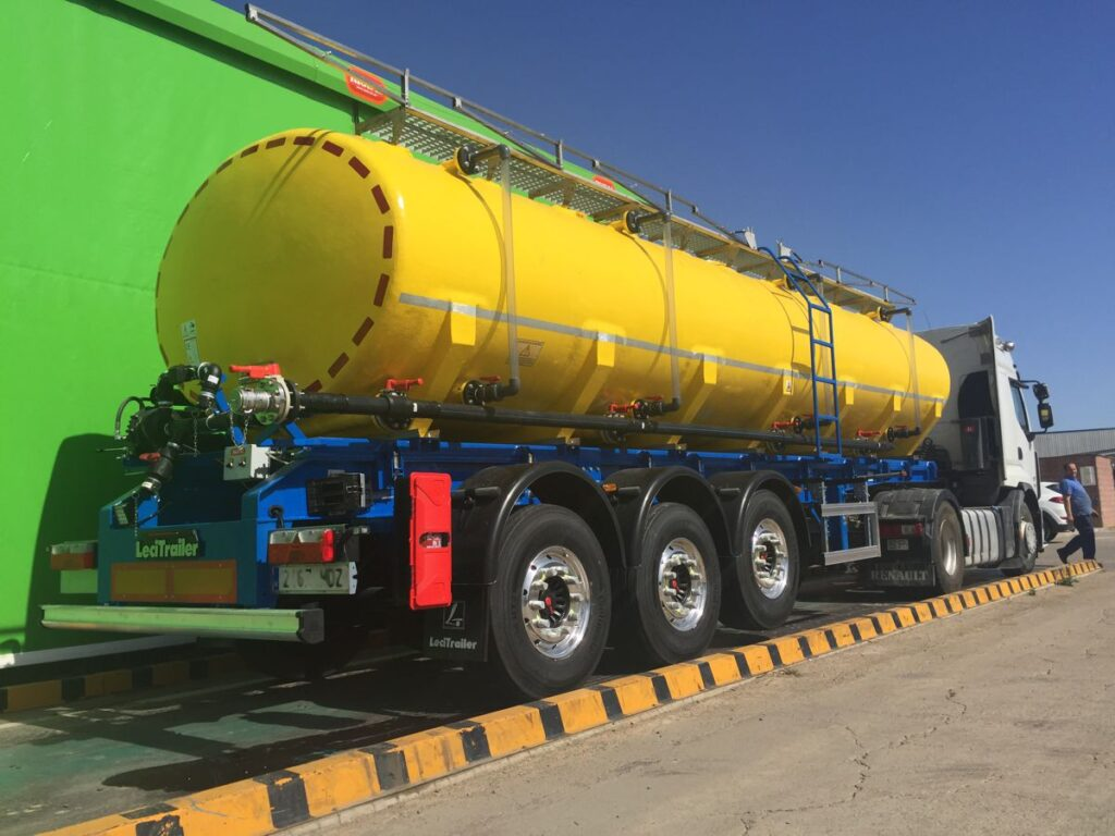 Semirremolque con cisterna de poliester de 25000 litros