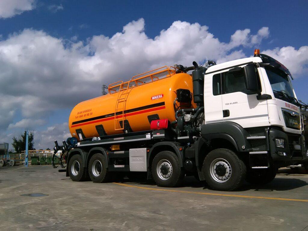 Chasis de 4 ejes con cisterna rigual para transporte y distribución de purín con inyectores