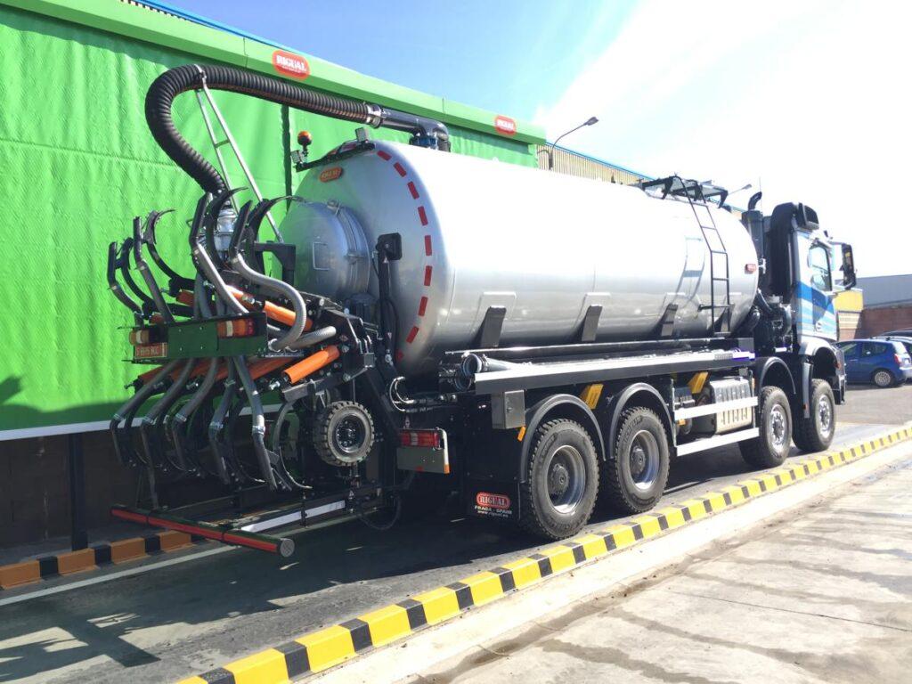 Cisterna de purin Rigual sobre camión de con inyectores y brazo de carga simple