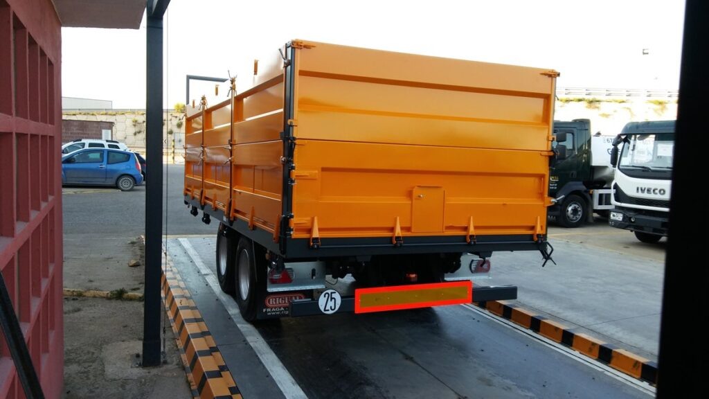 Remolque tandem Rigual de 16000 kg con frontal fijo y puerta 3 posiciones