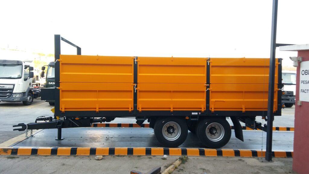 Remolque tandem Rigual de 16000 kg con puerta de 3 posiciones y frontal fijo