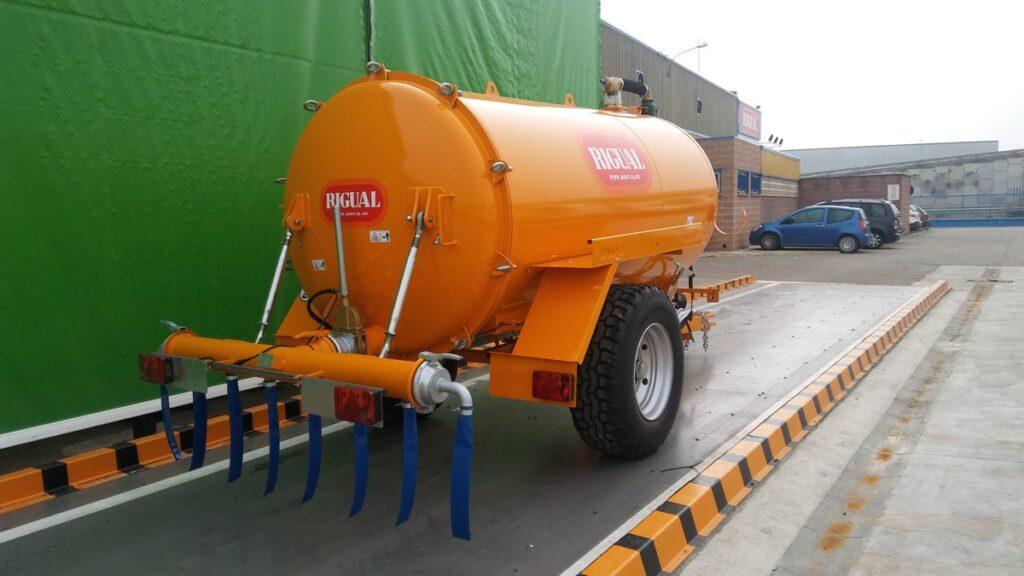 Cisterna Rigual de un eje de 6000 litros pintada con aplicador eco220 y tajadera lateral