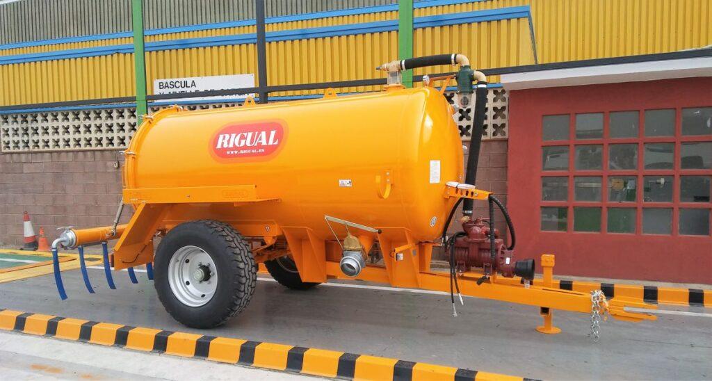 Cisterna Rigual de 6000 litros de un eje pintada con aplicador eco220 y tajadera lateral