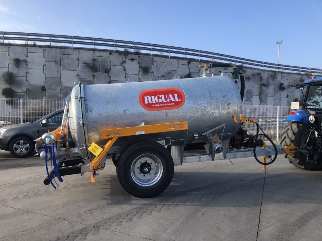 Cisterna Rigual de 6000 litros galvanizada con aplicador eco 220 mas salida trasera y tajadera lateral