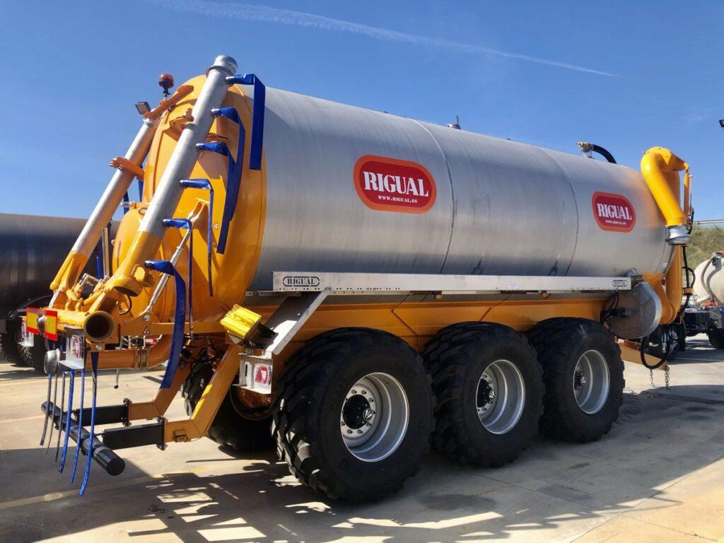 Cisterna Rigual Tridem de 25000 litros en acero inoxidable con aplicador Eco 6_20 en acero inoxidable con brazo de carga doble y acelerador de carga