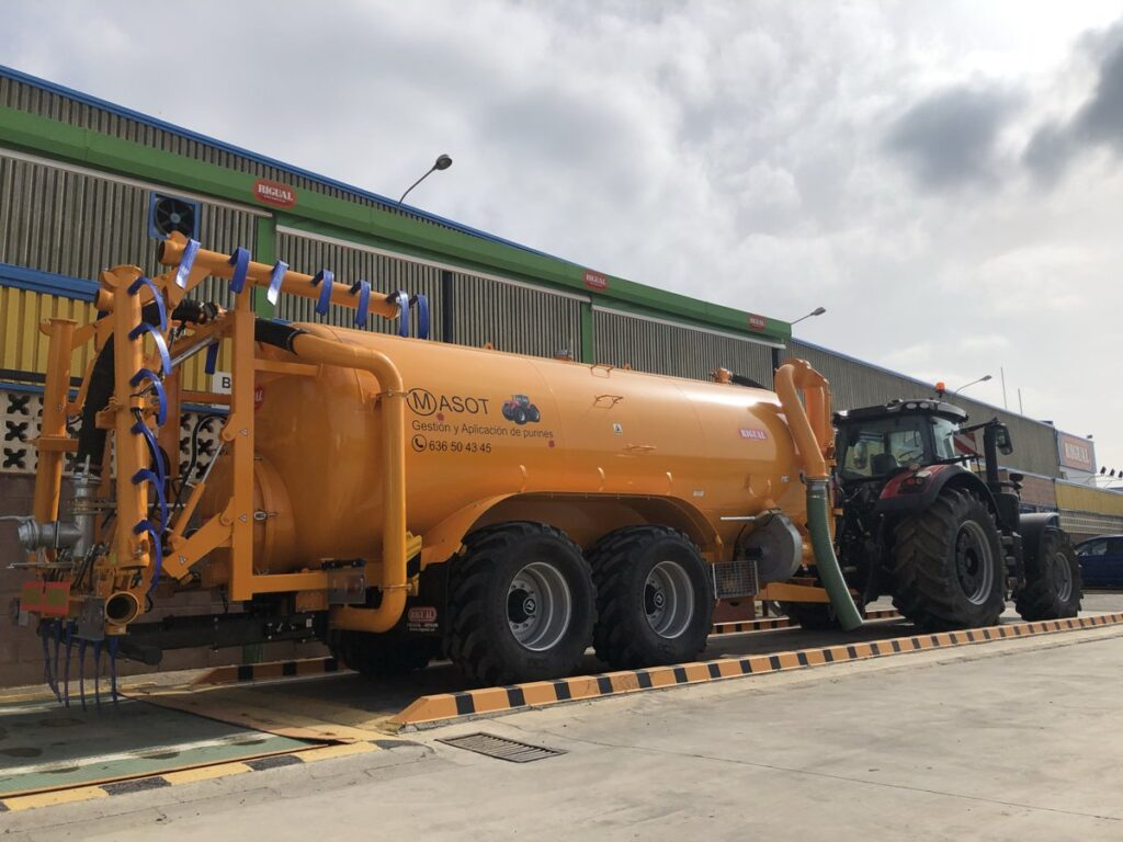 Cisterna tandem Rigual con paso de rueda de 24000 litros con Eco 9_20, brazo de carga doble y acelerador de carga