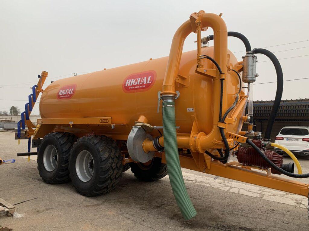 Cisterna tandem Rigual pintada de 20000 litros con Eco 6_20 y brazo de carga doble y acelerador de carga