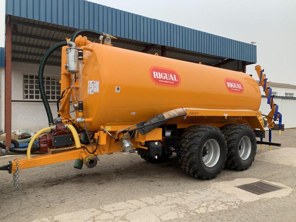 Cisterna tandem Rigual pintada de 20000 litros con Eco 6_20 y brazo de carga doble