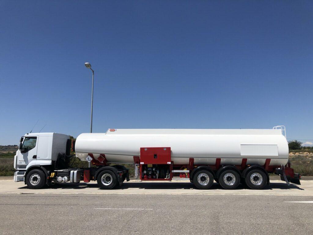Cisterna autoportante Rigual de 38000 litros con equipo de trasiego
