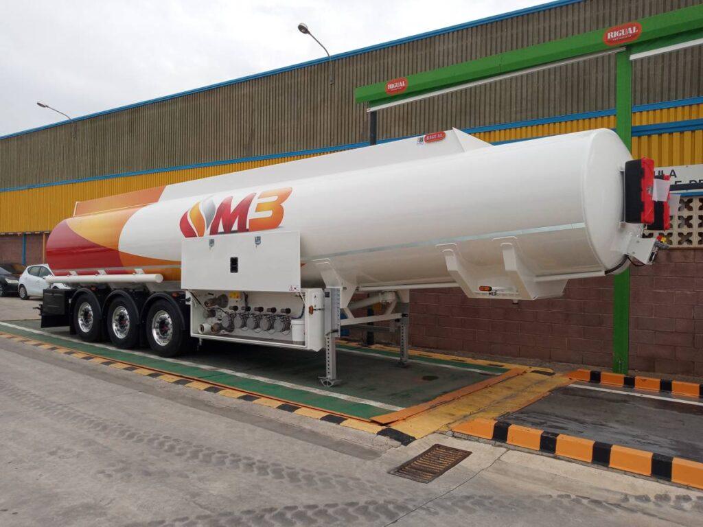 Cisterna Rigual autoportante de 38000 litros con cargas por el fondo exolum grupo M3
