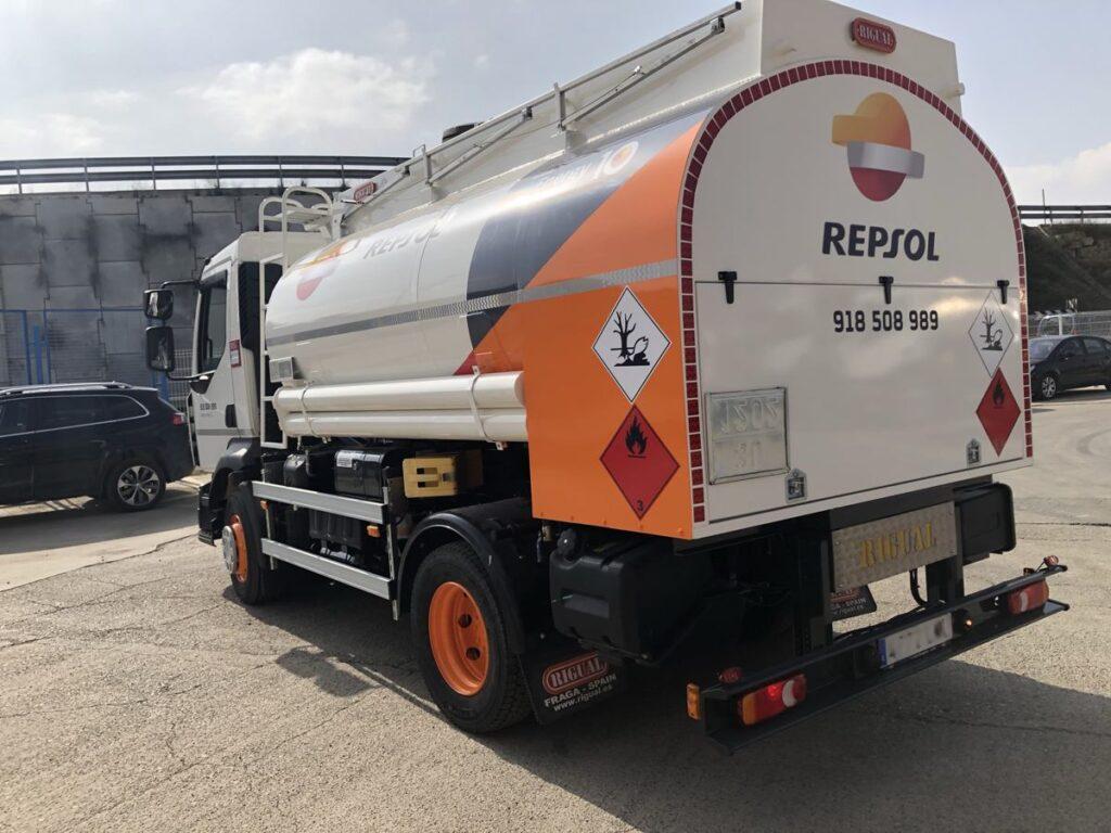 Cisterna Rigual de 8000 litros para reparto carburante de con capilla trasera