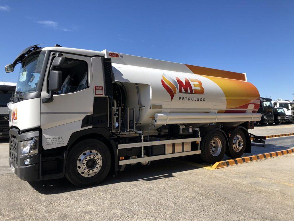 Cisterna Rigual de 20000 litros para de gasoil y gasolinas sobre chasis con doble devanadera en capilla delantera