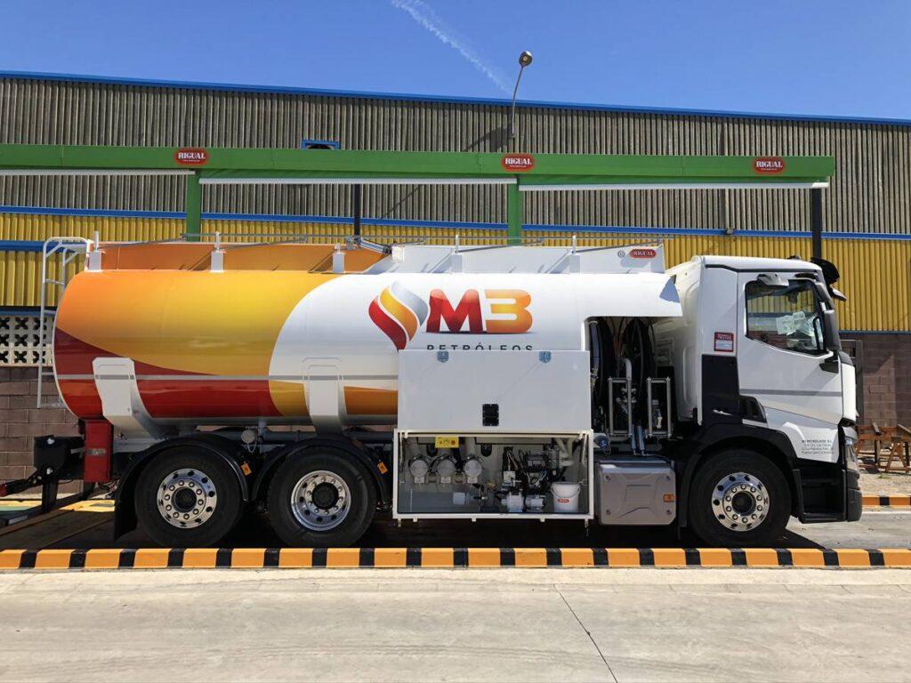 Cisterna Rigual de 20000 litros para de gas-oil y gasolinas sobre chasis con doble devanadera en capilla delantera
