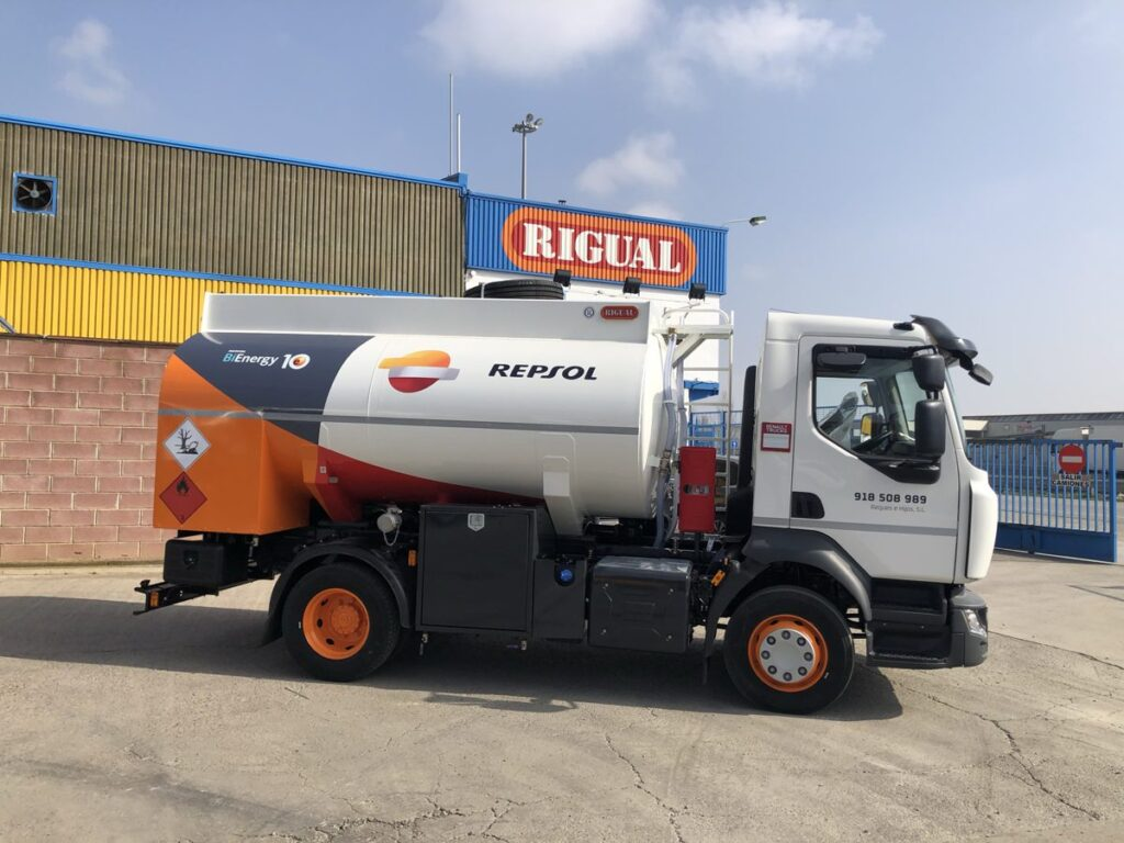 Cisterna Rigual para carburante de 8000 litros sobre chasis con capilla trasera