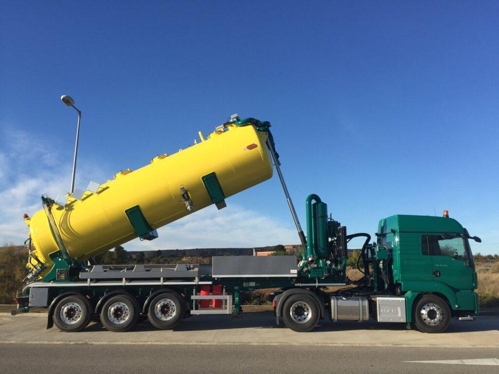 Semirremolque con cisterna Rigual de 22000 litros en acero inoxidable y normativa ADR