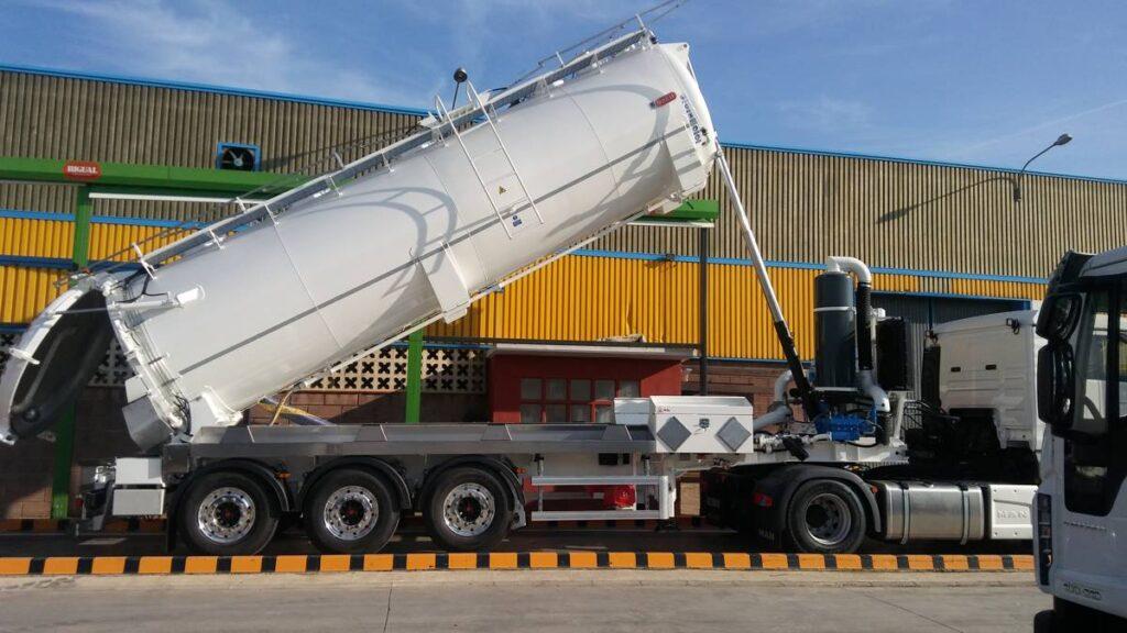 Semirremolque con cisterna Rigual de 23000 litros en dos compartimentos