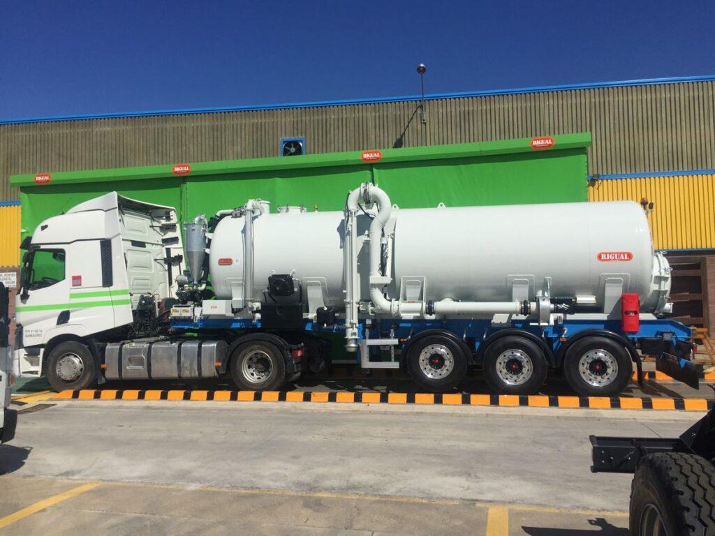 Semirremolque con cisterna Rigual de 24000 litros con brazo de carga