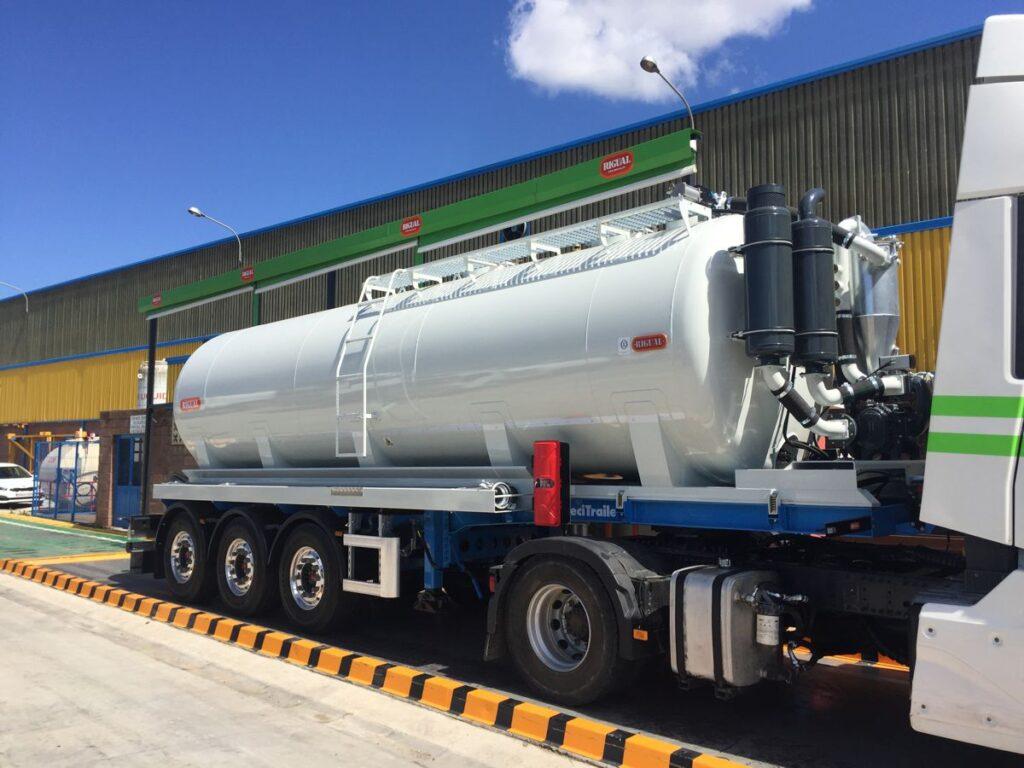 Semirremolque con cisterna Rigual de 24000 litros con brazo de carga para el transporte de purines
