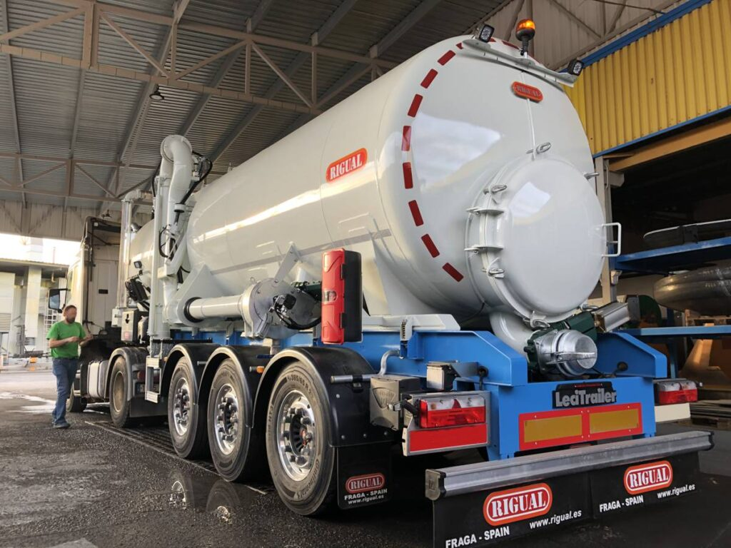 Semirremolque con cisterna Rigual de 24000 litros en acero