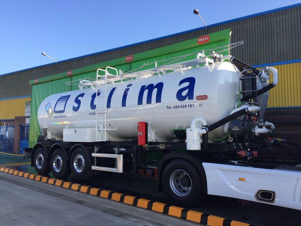Semirremolque con cisterna Rigual de 25000 litros fabricada en acero inoxidable y normativa ADR