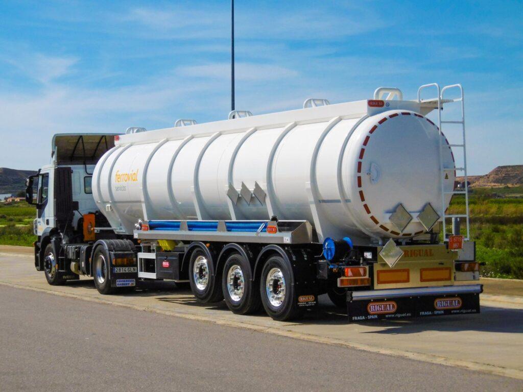 Semirremolque con cisterna Rigual de 28000 litros de un solo compartimento en acero inoxidable y normativa ADR
