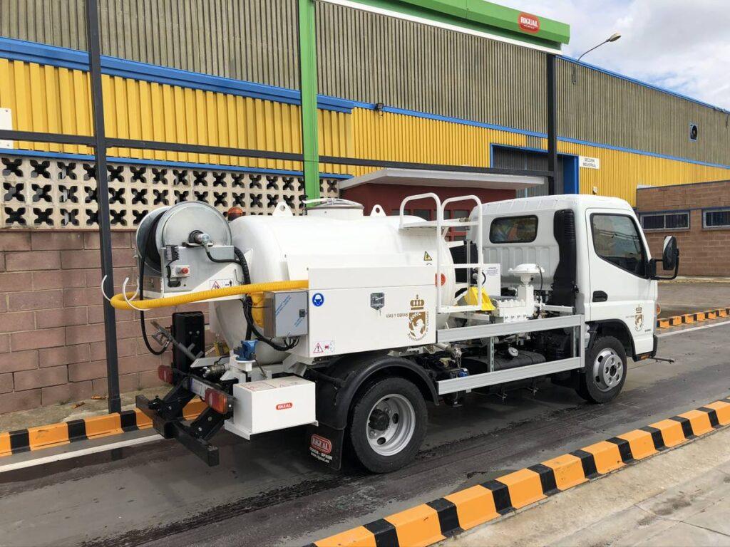 Camión con cisterna Rigual de 2000 con barra de riego y bomba de agua
