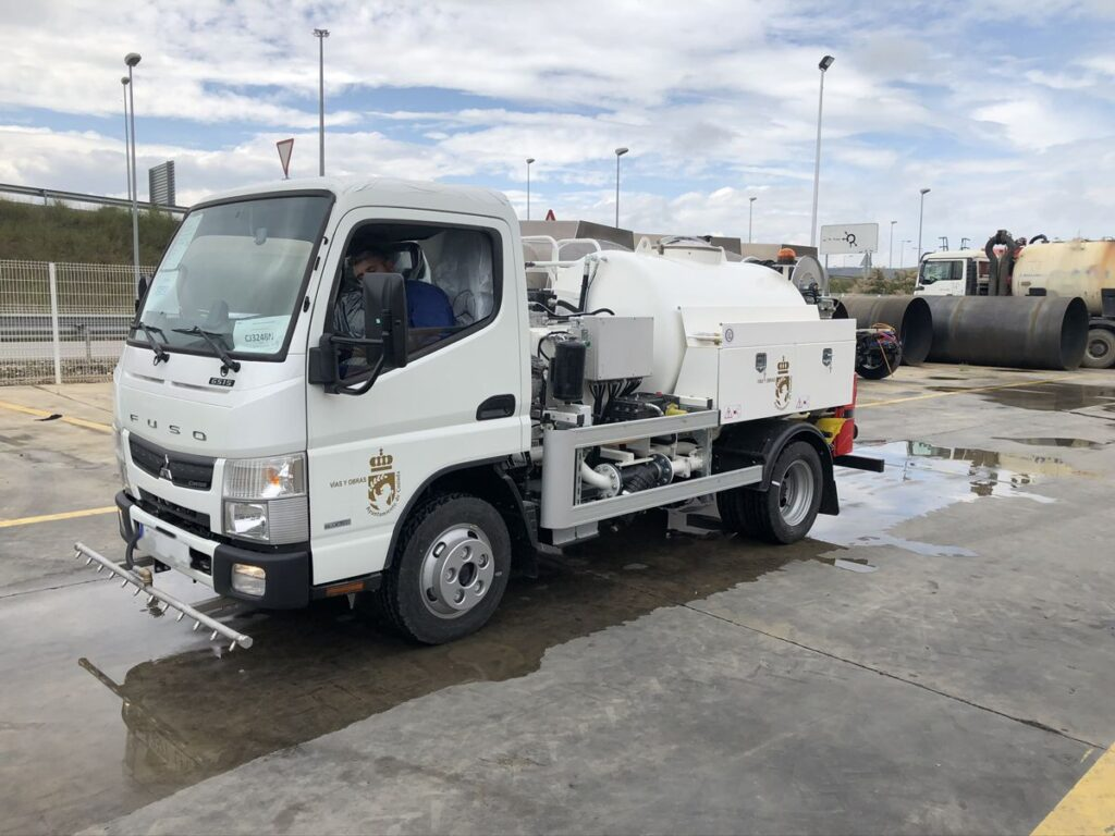 Camión con cisterna Rigual de 2000 litros con barra de riego y bomba de agua