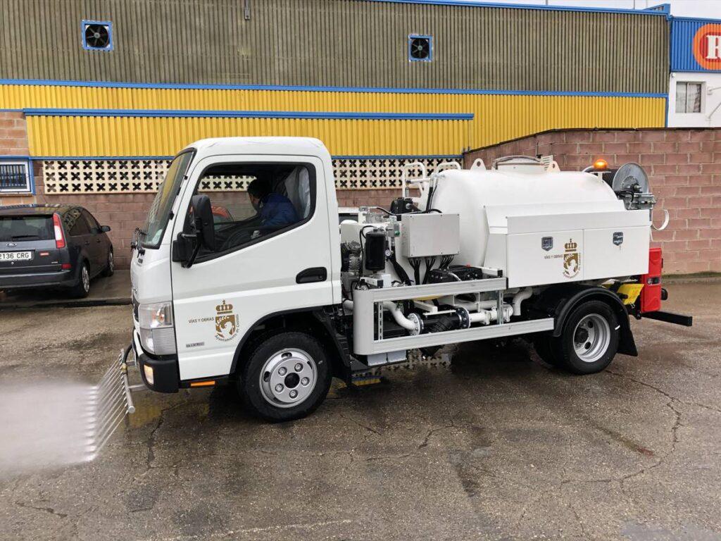 Camión con cisterna Rigual de 2000 litros con bomba y barra de riego