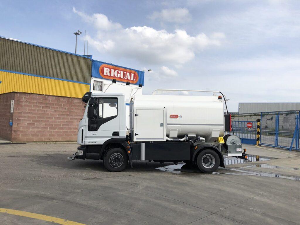 Camión de riego y baldeo con cisterna Rigual de 6000 litros con pertiga superior