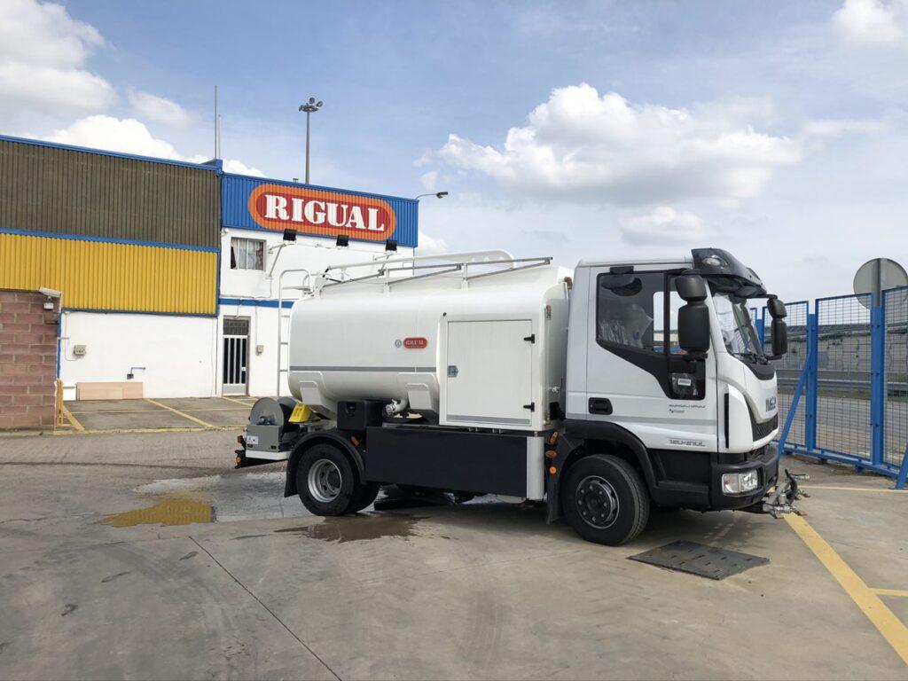 Camión de riego y baldeo con cisterna Rigual de 6000 litros con pertiga