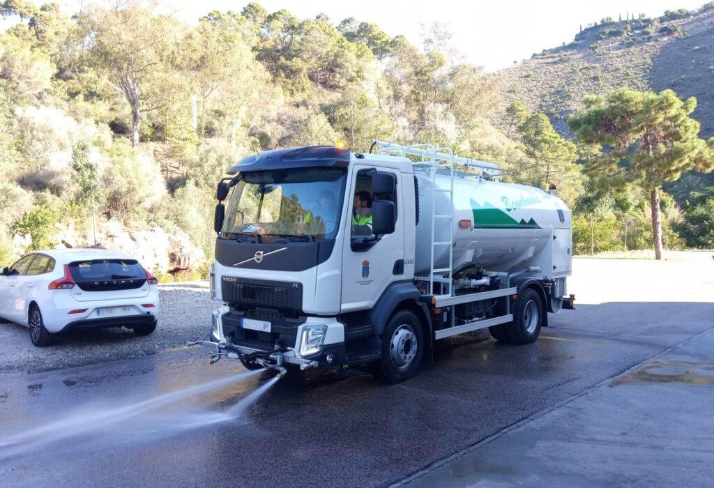 Camión de riego y baldeo con cisterna Rigual de 9000 litros