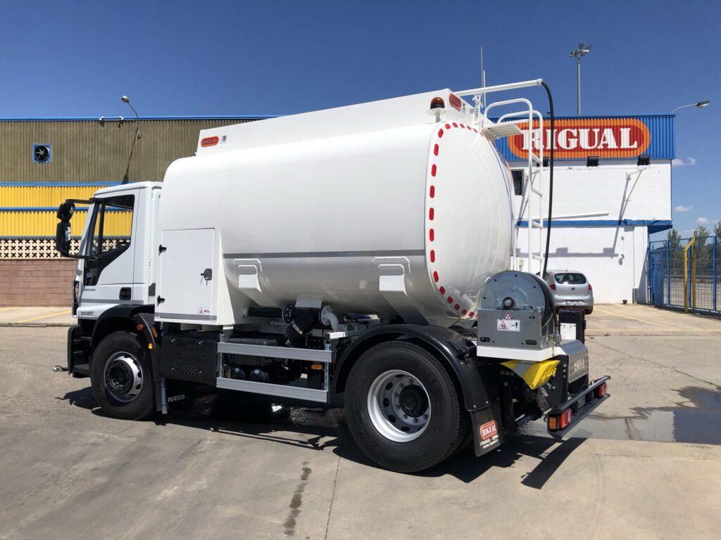 Camión de riego y baldeo con cisterna Rigual de 10000 litros con pertiga superior