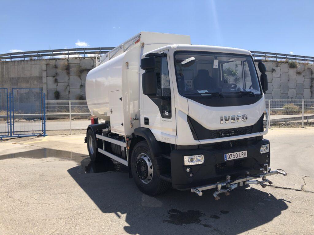 Camión de riego y baldeo con cisterna Rigual de 10000 litros fabricada en aluminio con pertiga superior y barra de riego delantera