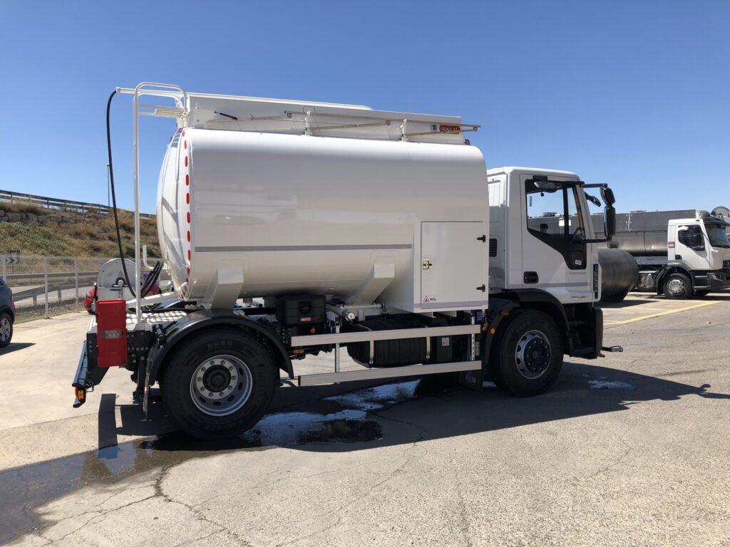Camión de riego y baldeo con cisterna Rigual de 10000 litros fabricada en aluminio y pertiga superior