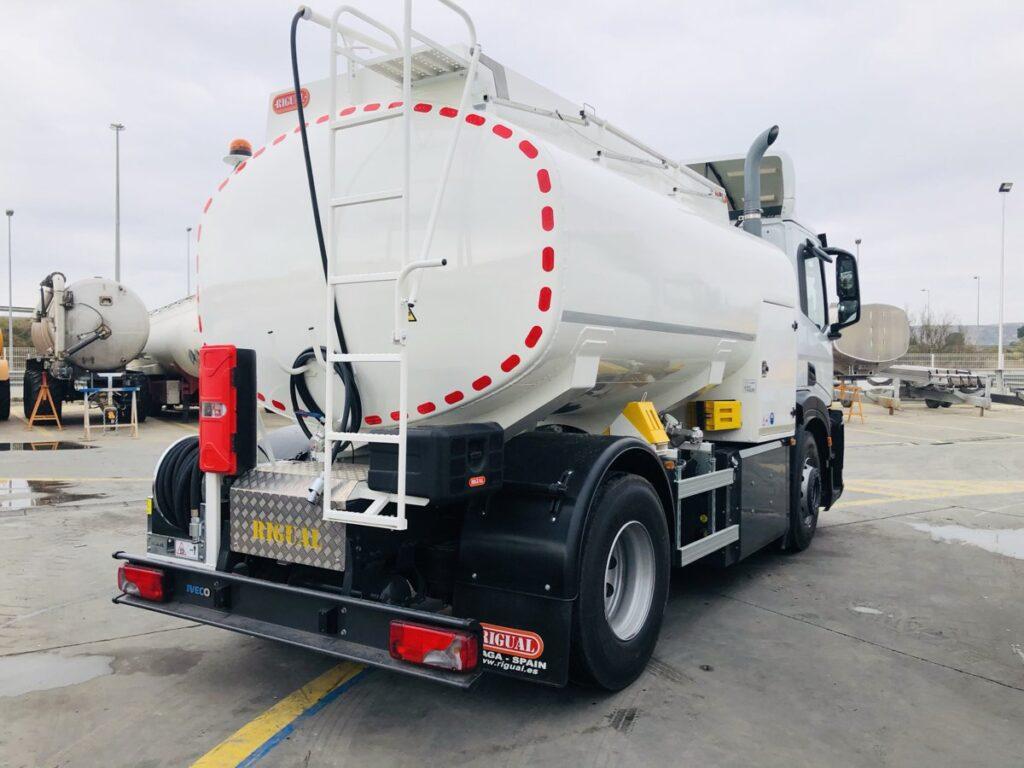 Camión de riego y baldeo con cisterna Rigual de 10000 litros sobre chasis Iveco