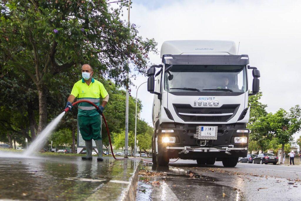 Camión de riego y baldeo con cisterna Rigual de 16000 litros con barra de riego delantera