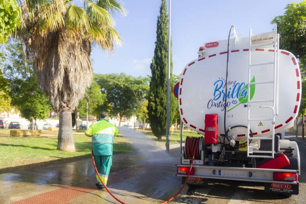 Camión de riego y baldeo con cisterna Rigual de 16000 litros y pertíga superior