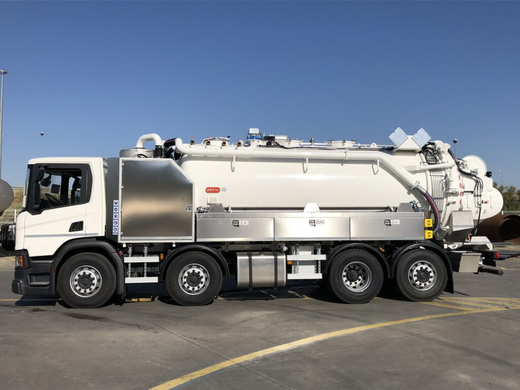 Camión de desatasco y limpieza con cisterna Rigual de 17000 litros