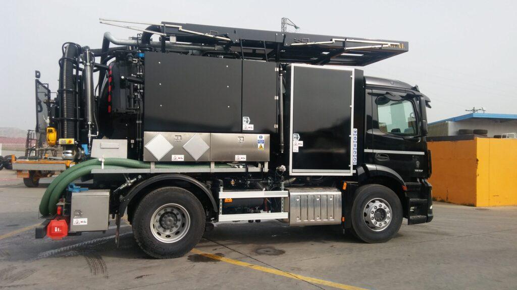 Camion de destascos y limpieza con cisterna de 9000 en dos compartimentos y normativa ADR