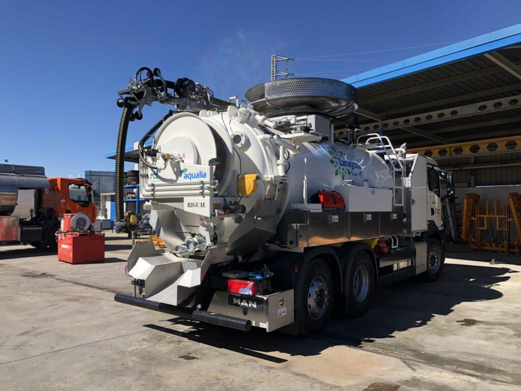 Camion mixto desatasco y limpieza con cisterna Rigual de 12000 litros con devanadera superior