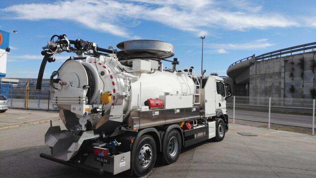 Camion mixto desatasco y limpieza con cisterna Rigual de 12000 litros en dos compartimentos con devanadera superior