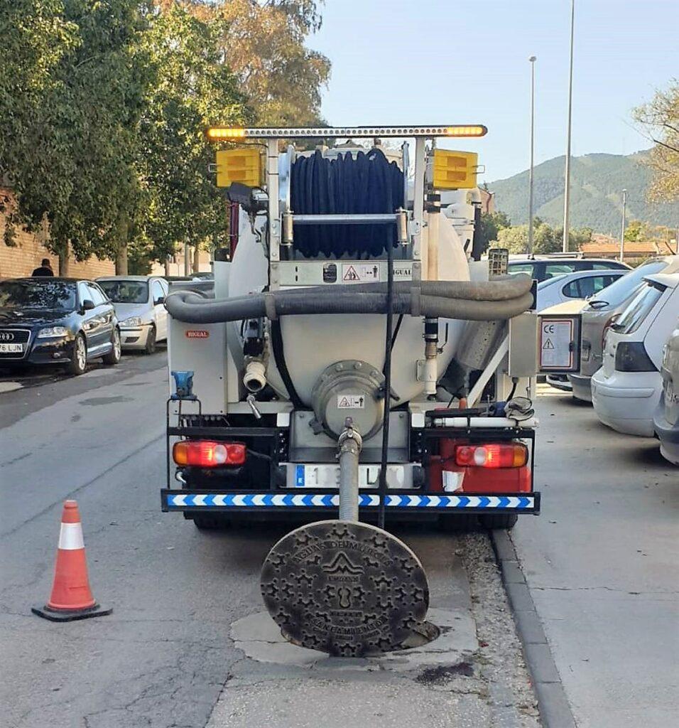 Camión mixto de desatasco y limpieza gama City con cisterna Rigual de 3000 litros en dos compartimentos