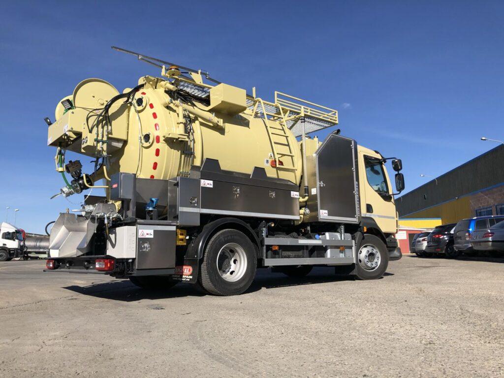 Camión mixto de desatasco y limpieza con cisterna inoxidable Rigual de 8000 litros divididos en 2 compartimentos y devanadera fija