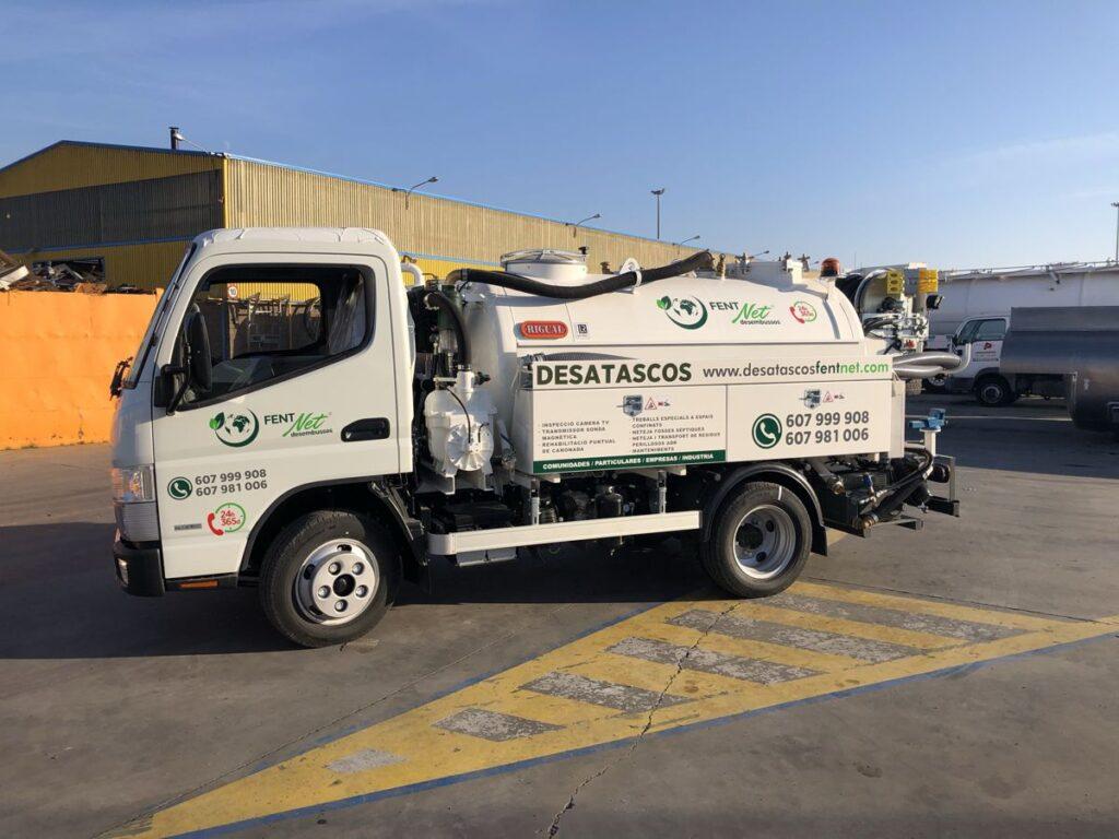 Camión mixto de desatasco y limpieza con cisterna Rigual de 3000 litros en dos compartimentos equipo City