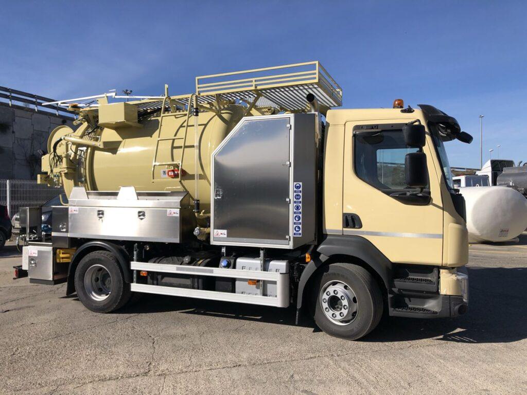Camión mixto de desatasco y limpieza con cisterna Rigual de 8000 litros de acero inoxidable