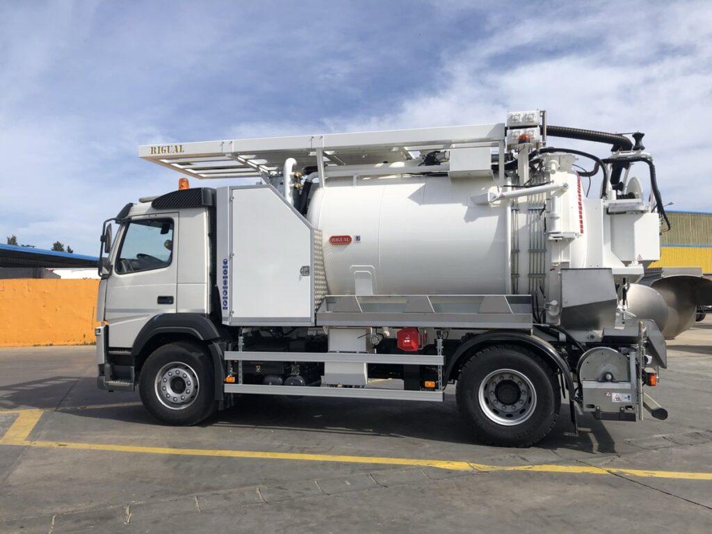 Camión mixto de desatasco y limpieza con cisterna Rigual de 9000 litros con cassette superior y devanadera