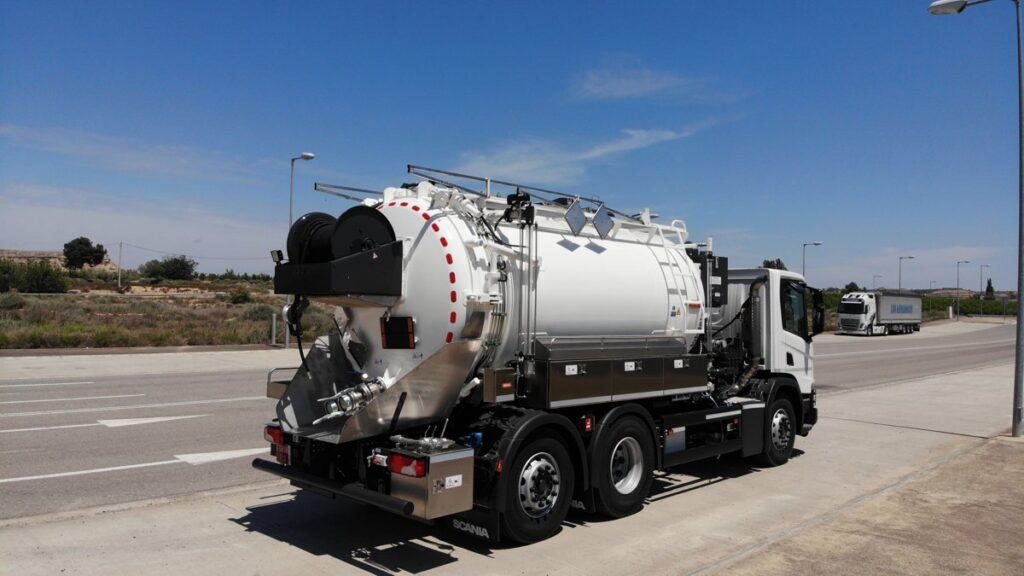 Camion mixto desatasco y limpieza con cisterna Rigual de 14000 litros en acero inoxidable y devanadera fija