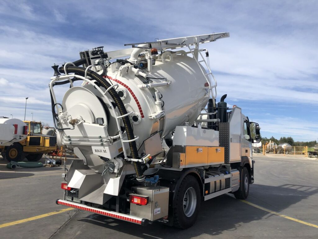 Camión mixto desatasco y limpieza con cisterna Rigual de acero de 2 compartimentos de 9000 litros total con cassette superior y devanadera